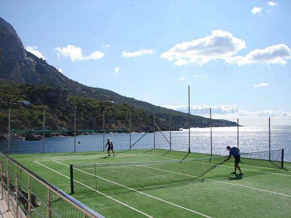 Теннисный корт на территории отеля «Бухта мечты»
