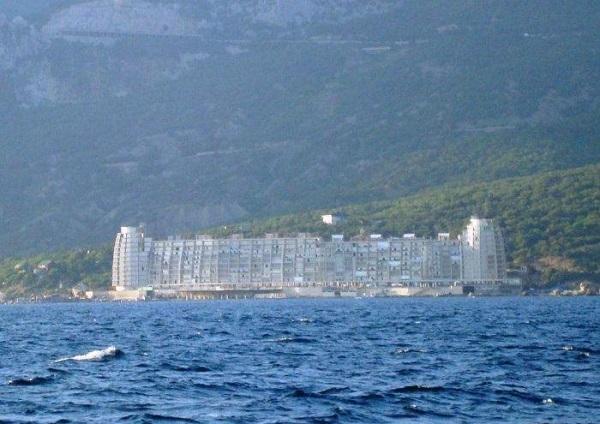 Вид с моря на отель «Бухта мечты»