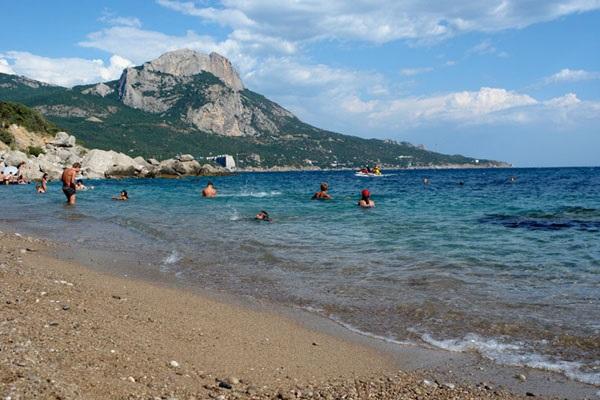 Пляж, примыкающий к территории пансионата Изумруд