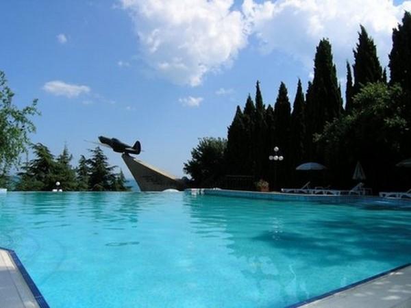 На фото показан открытый бассейн отеля «Сказка»