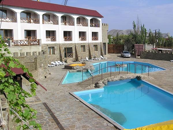 Бассейн отеля «Бастион»