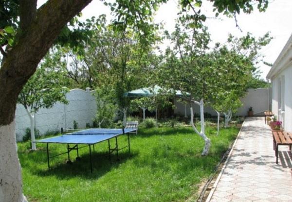 Настольный теннис во дворе санатория