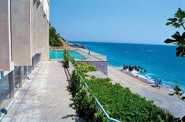 Пляж, прилегающий к территории санатория «Дюльбер»
