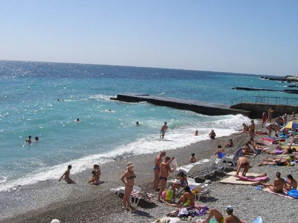 Пляж, относящийся к территории санатория