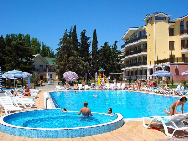Открытый бассейн отель Демерджи