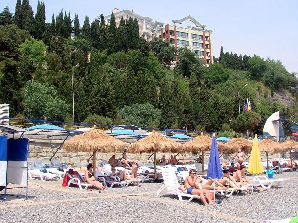 Пляж, прилегающий к территории пансионата