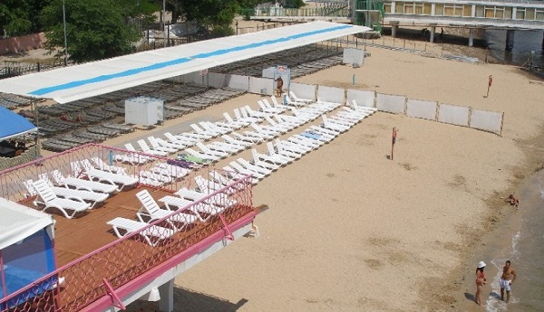 Пляж, прилегающий к санаторию Фемида