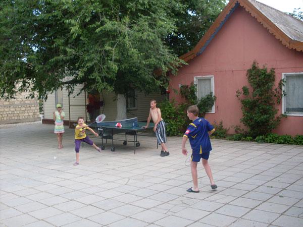 Игры в теннис на территории лагеря