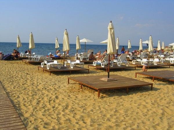Пляж, прилегающий к территории курортного комплекса