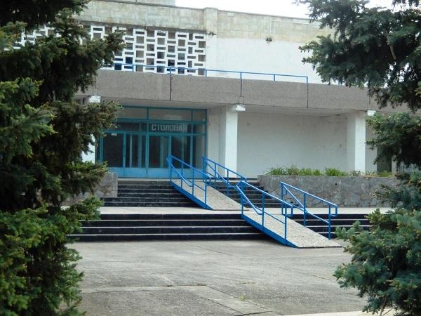 Корпус столовой в санатории Голубая волна