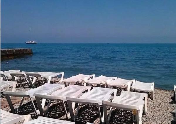 Пляж, прилегающий к территории виллы «Слава»