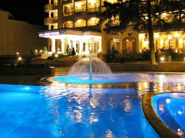 Вечерний вид территории отеля