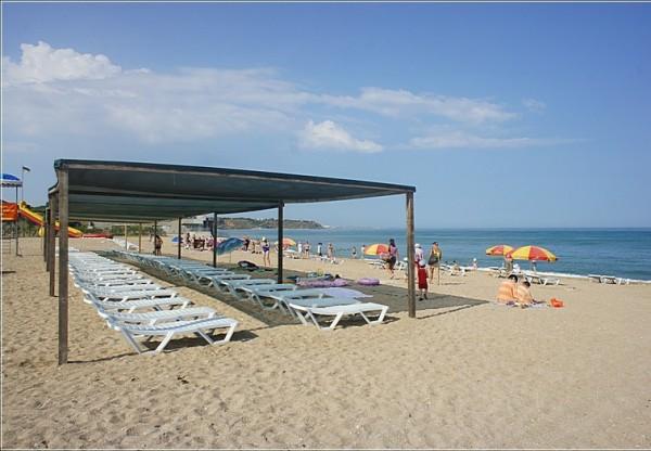 Пляж, прилегающий к территории пансионата «Лазурь»