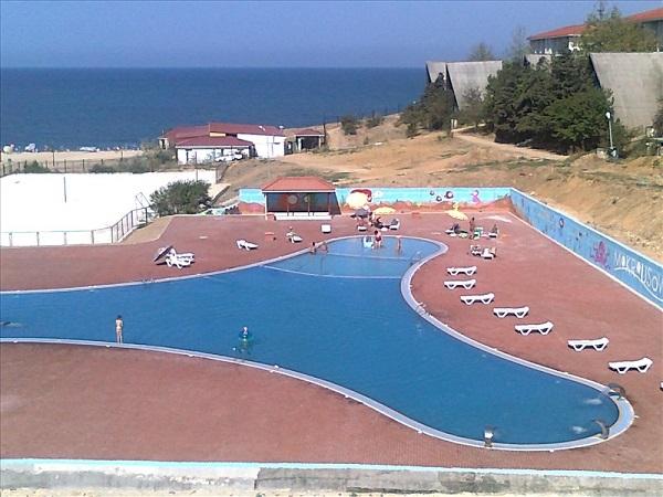 Открытый бассейн на территории базы отдыха